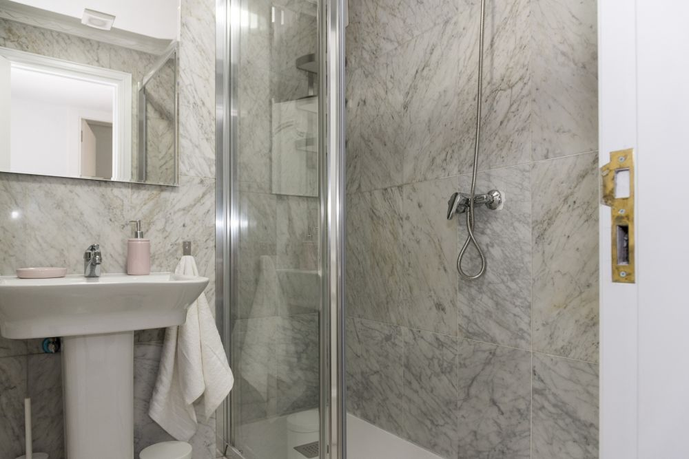 https://helpaccommodation.sextan.eu/upload/flats/PP29_32/PP29_32-bathroom A_1.jpg